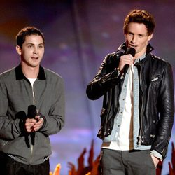 Logan Lerman y Eddie Redmayne en la gala de los MTV Movie Awards 2013