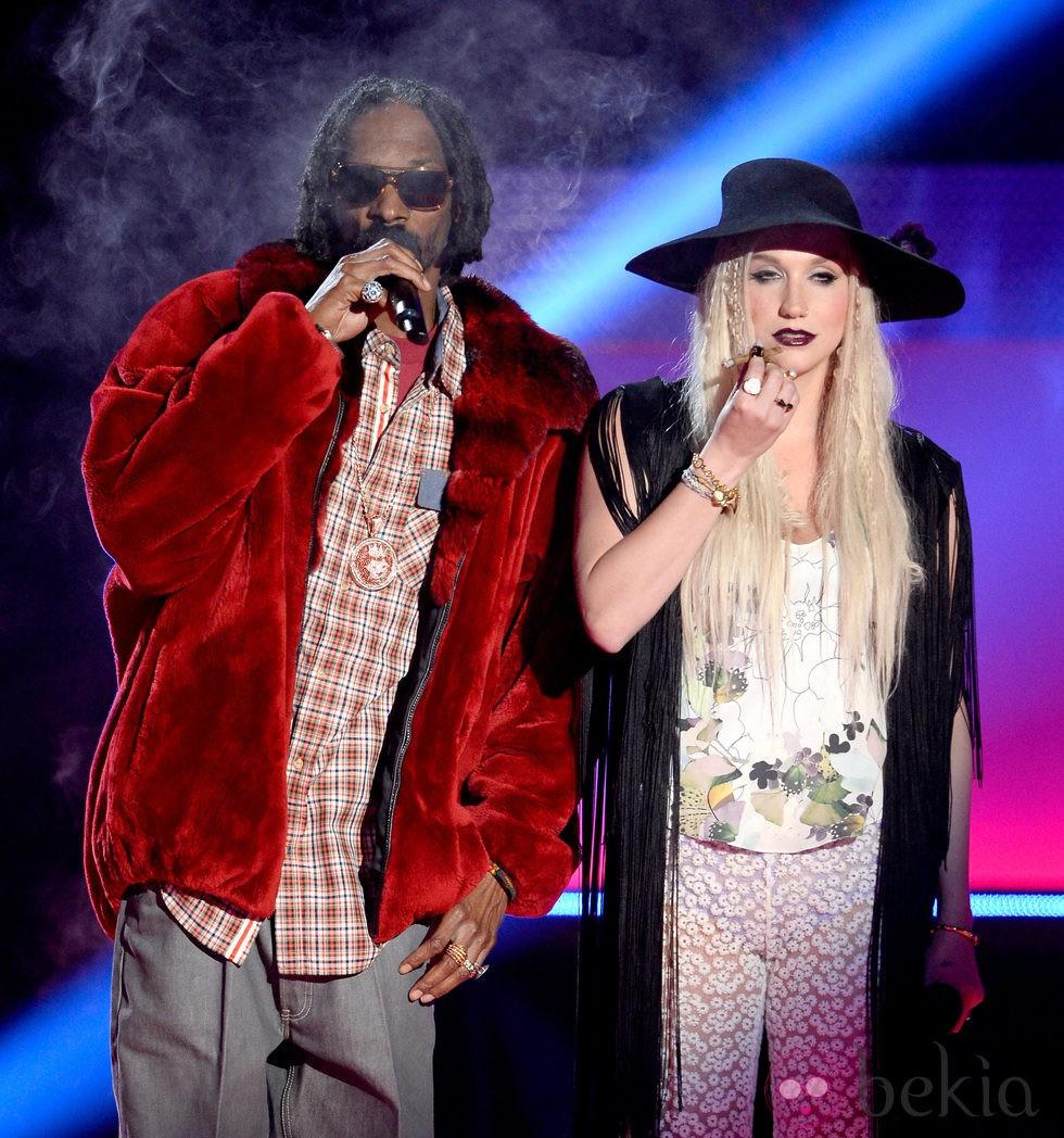 Snoop Dogg y Kesha en la gala de los MTV Movie Awards 2013