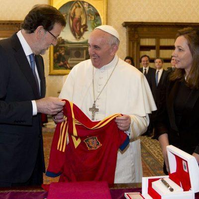 Mariano Rajoy regala una camiseta de 'La Roja' al Papa Francisco
