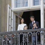 Federico y Mary de Dinamarca con sus hijos en el 73 cumpleaños de la Reina Margarita