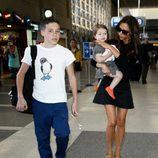Victoria Beckham en el aeropuerto de Los Ángeles con Harper Seven y Brooklyn