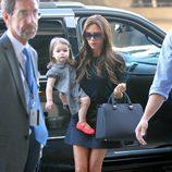 Victoria Beckham con Harper Seven en el aeropuerto de Los Ángeles