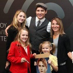Peter Facinelli posa con sus tres hijas Luca, Lola y Fiona