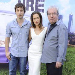 Janfri Topera, Raúl Fernández y María León en el estreno de la segunda temporada de 'Con el culo al aire'