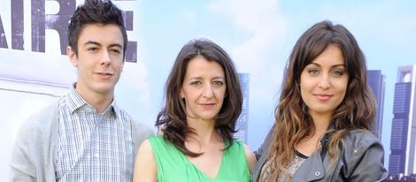 Goizalde Núñez, Hiba Abouk y Víctor Palmero en el estreno de la segunda temporada de 'Con el culo al aire'