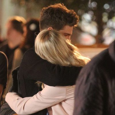 Andrew Garfield y Emma Stone abrazados en el rodaje de 'The Amazing Spider-Man 2'