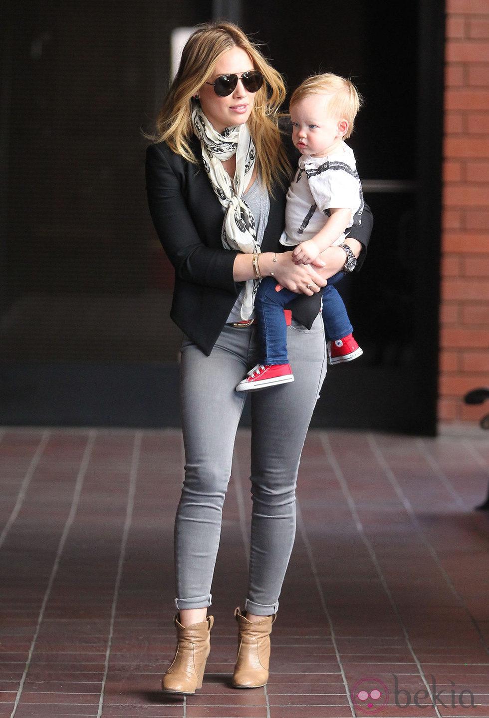 Hilary Duff con su hijo Luca Comrie cogido en brazos