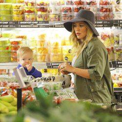 Hilary Duff con su hijo Luca Comrie en el supermercado