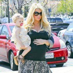 Jessica Simpson con Maxwell Drew en brazos en la recta final de su segundo embarazo