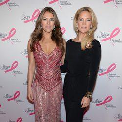 Liz Hurley y Kate Hudson en una fiesta solidaria contra el cáncer de mama en Nueva York
