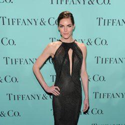 La modelo Hilary Rhoda con un vestido de cola en la fiesta de Tiffany & Co