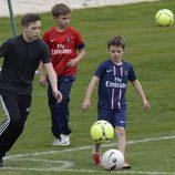 Brooklyn, Romeo y Cruz Beckham, unos auténticos futbolistas entrenando con el PSG