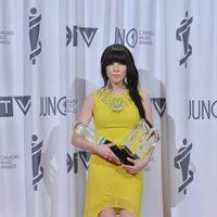 Carly Rae Jepsen posando con sus tres galardones en los Juno Awards 2013