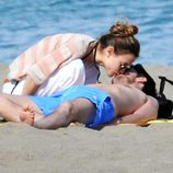 Ana Fernández besa a Santiago Trancho en las playas de Málaga