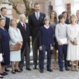 Los Príncipes Felipe y Letizia con José Manuel Caballero Bonald y su familia en el Cervantes 2012