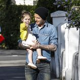 David Beckham lleva en brazos a Harper Seven por Londres