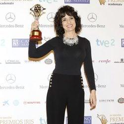 Adriana Ozores posando con su galardón en los Premios Iris 2013