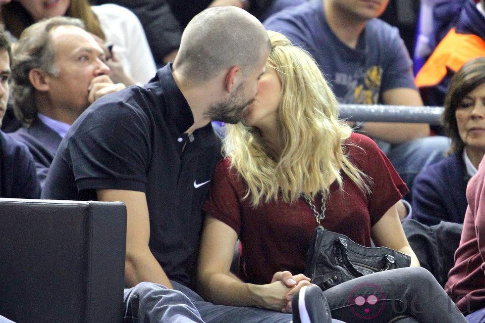 Gerard Piqué y Shakira besándose en un partido del Barça de baloncesto