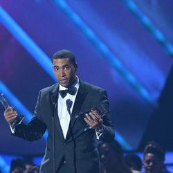 Don Omar con su galardón en los Billboard Latinos 2013