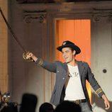 Zac Efron con una espada durante el rodaje de la película 'Townies'