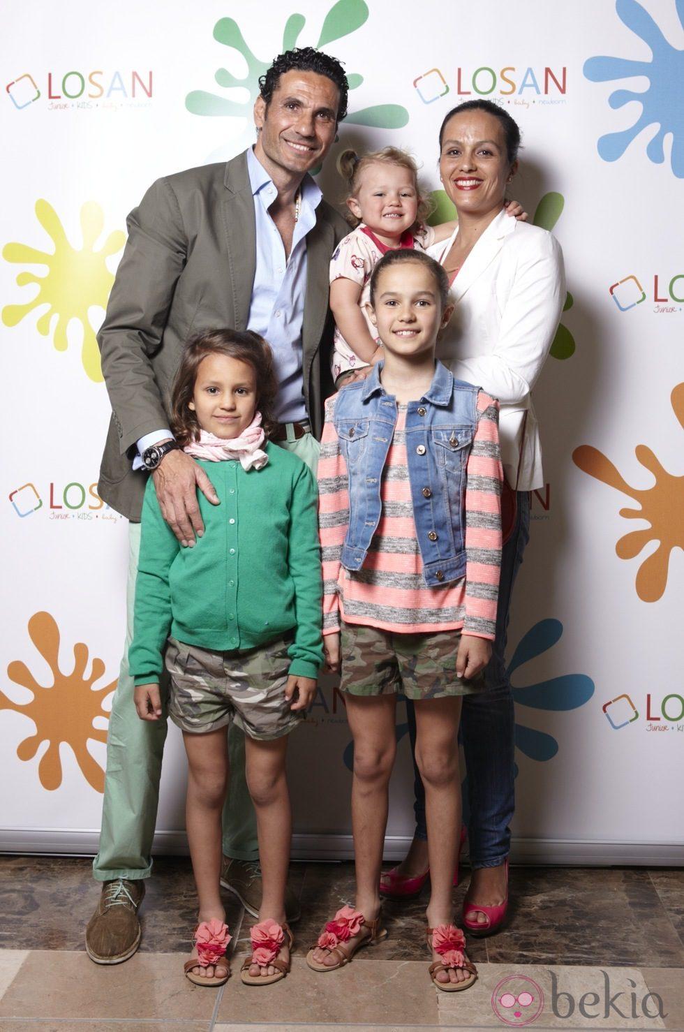 Sandra Álvarez, Óscar Higares y sus hijas en la inauguración de LOSAN KIDS en Madrid