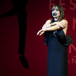 Candela Peña recoge su premio en el Festival de Málaga con la boca tapada