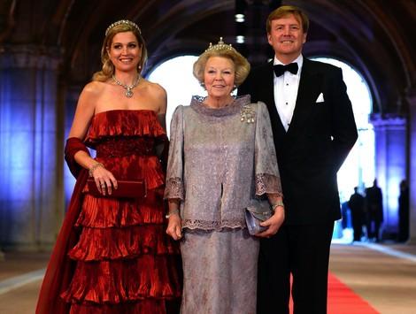 La Reina Beatriz y los príncipes Guillermo y Máxima de Holanda en la cena previa a la abdicación