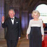 El príncipe Carlos de Inglaterra y Camila Parker en la cena previa a la abdicación de la Reina Beatriz de Holanda