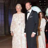 Los príncipes Haakon y Mette-Marit de Noruega en la cena previa a la abdicación de la Reina Beatriz de Holanda