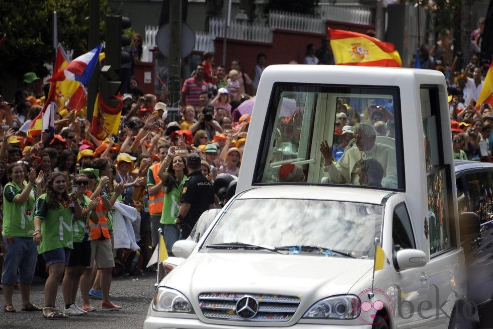 Benedicto XVI pasea por Madrid en el 'Papa Móvil'