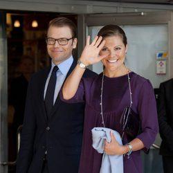 Victoria de Suecia saluda junto al Príncipe Daniel en su primer acto oficial tras el anuncio del embarazo