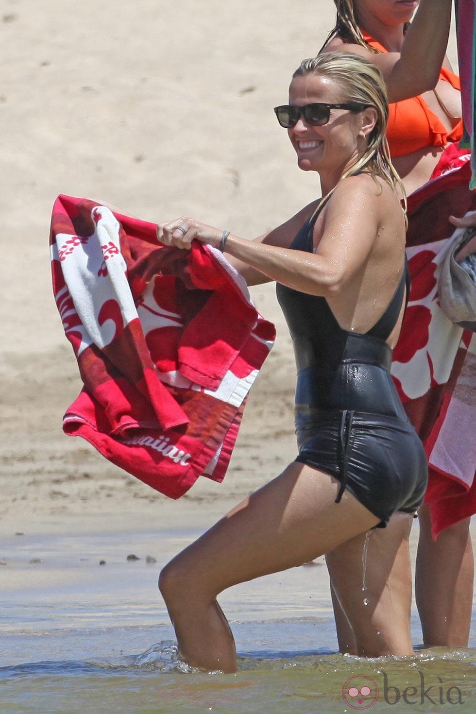 Reese Witherspoon se luce en bañador en Hawai