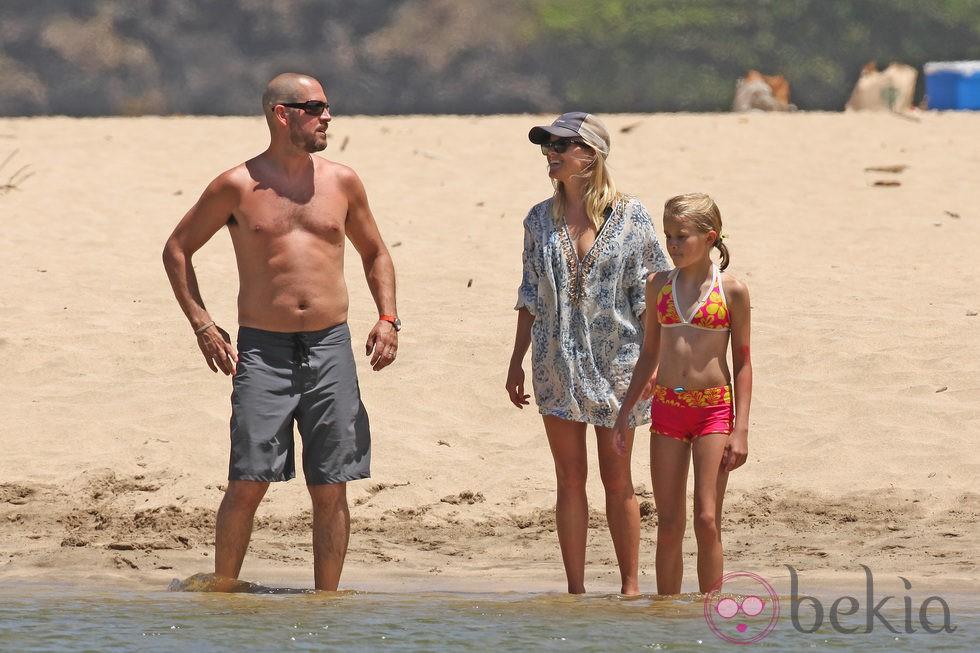 Jim Toth, Reese Witherspoon y su hija Ava en Hawai