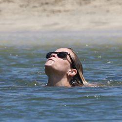 Reese Witherspoon refrescándose en el mar en Hawai