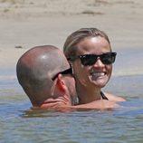 Reese Witherspoon y Jim Toth felices y enamorados en Hawai