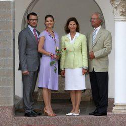 La Princesa Victoria y Daniel Westling con los Reyes de Suecia en 2009