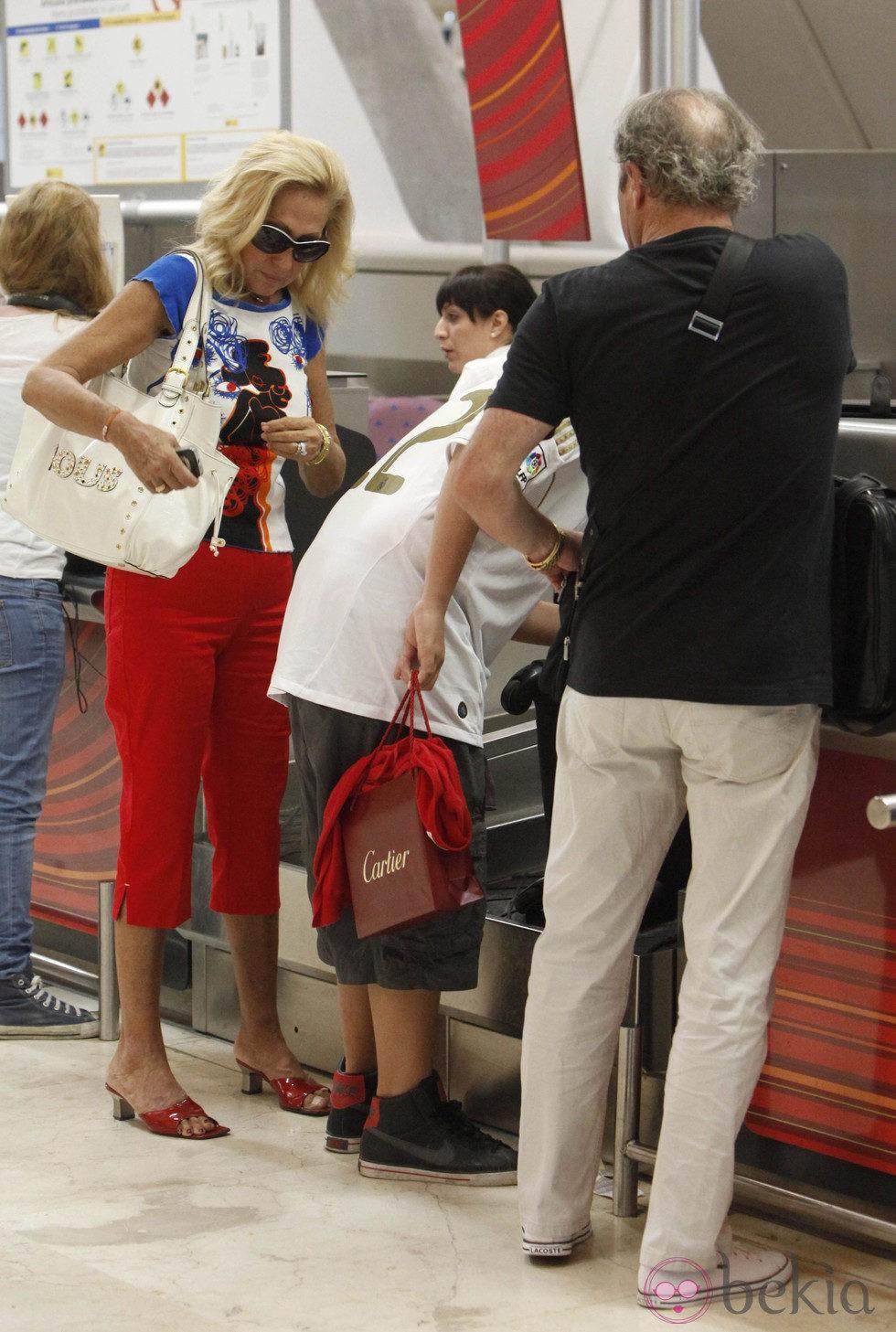 Rosa Benito y su familia facturan en Barajas
