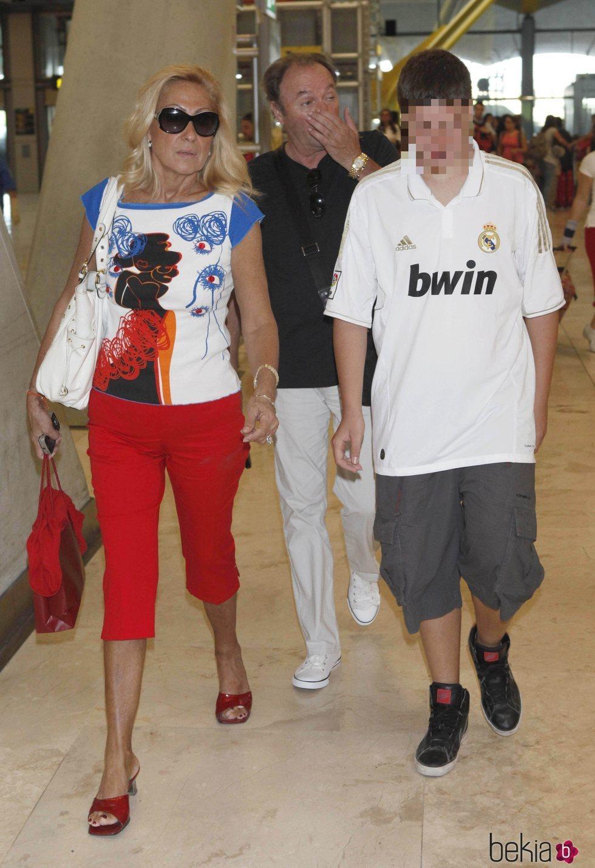 Rosa Benito y su familia en Barajas, antes de viajar a Miami
