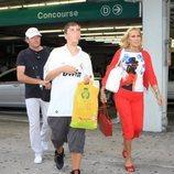 Rosa Benito y su familia abandonan el aeropuerto de Miami