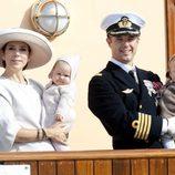 Federico y Mary de Dinamarca con sus mellizos de crucero por Dinamarca