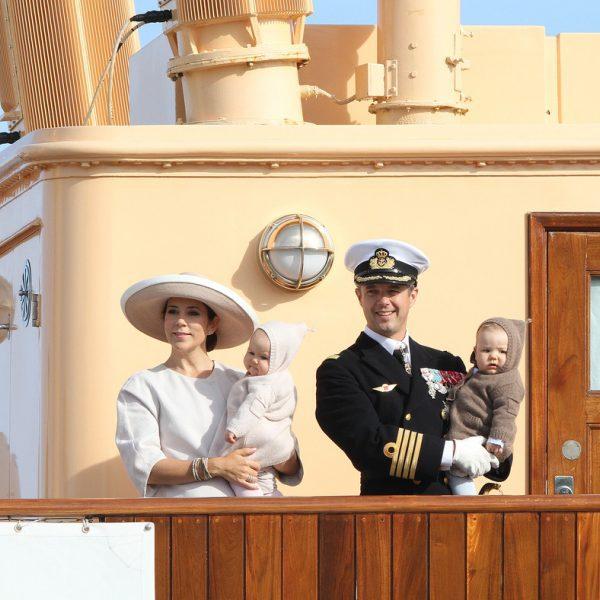 Federico y Mary de Dinamarca y sus mellizos en el crucero real Dannebrog