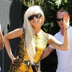 Lady Gaga vestida de amarillo y negro