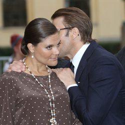 Daniel de Suecia susurra al oído de Victoria de Suecia en el 10 aniversario de Haakon y Mette Marit
