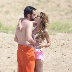Dani Mateo y Elena Ballesteros se besan en la playa