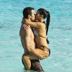 Kim Kardashian y Kris Humphries, apasionados en la playa