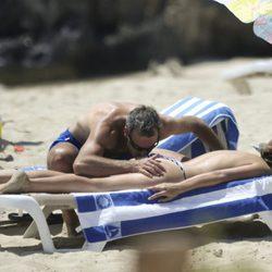 Álex Corretja besa cariñosamente el culo de su novia, Martina Klein