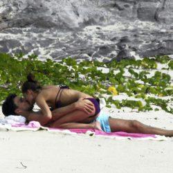 Olivia Palermo y Johannes Huebl se besan en la playa