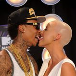 Wiz Khalifa y Amber Rose besándose en los MTV Video Music Awards 2011