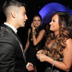 Demi Lovato y Joe Jonas charlan junto a Selena Gomez en los VMA 2011