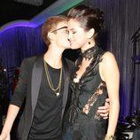 Justin Bieber besa a Selena Gomez en los MTV Video Music Awards 2011